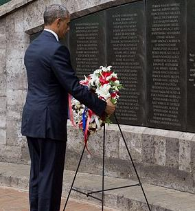 US President Barack Obama pays respect to the memory of those murdered in Nairobi embassy attacks.